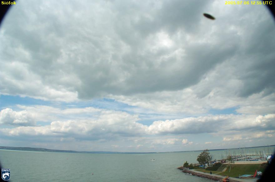 Az OMSz siófoki webkamerájával 2006-ban fogott egyik kép, amit lelkes UFO-vadászok tettek fel a Webre.