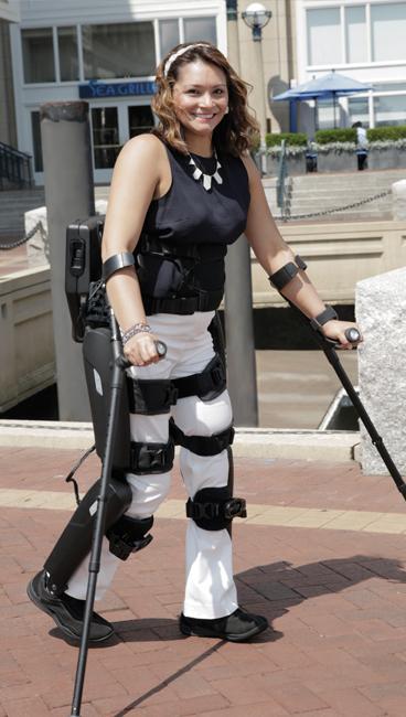 A robotikus váz segítségével járó bénult személy