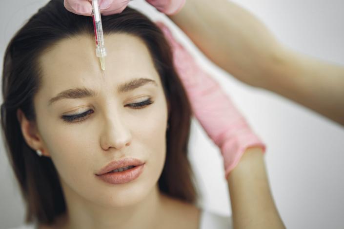 A botoxot injekcióval juttatják a bőrbe