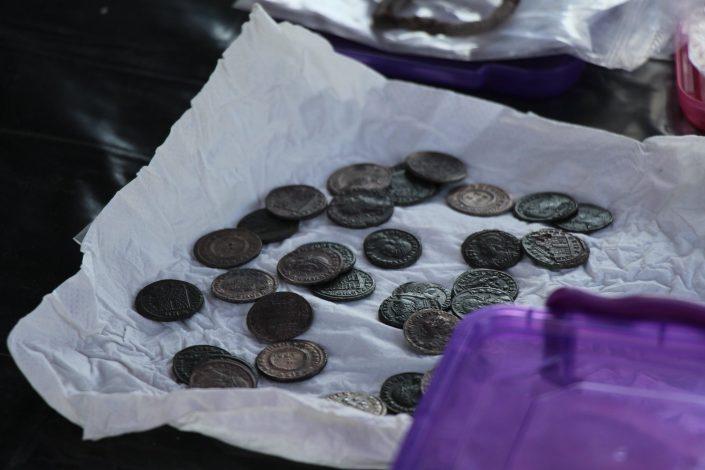 36 darab ezüst és bronz pénzérmét és egy aranygyöngyökből álló karkötő