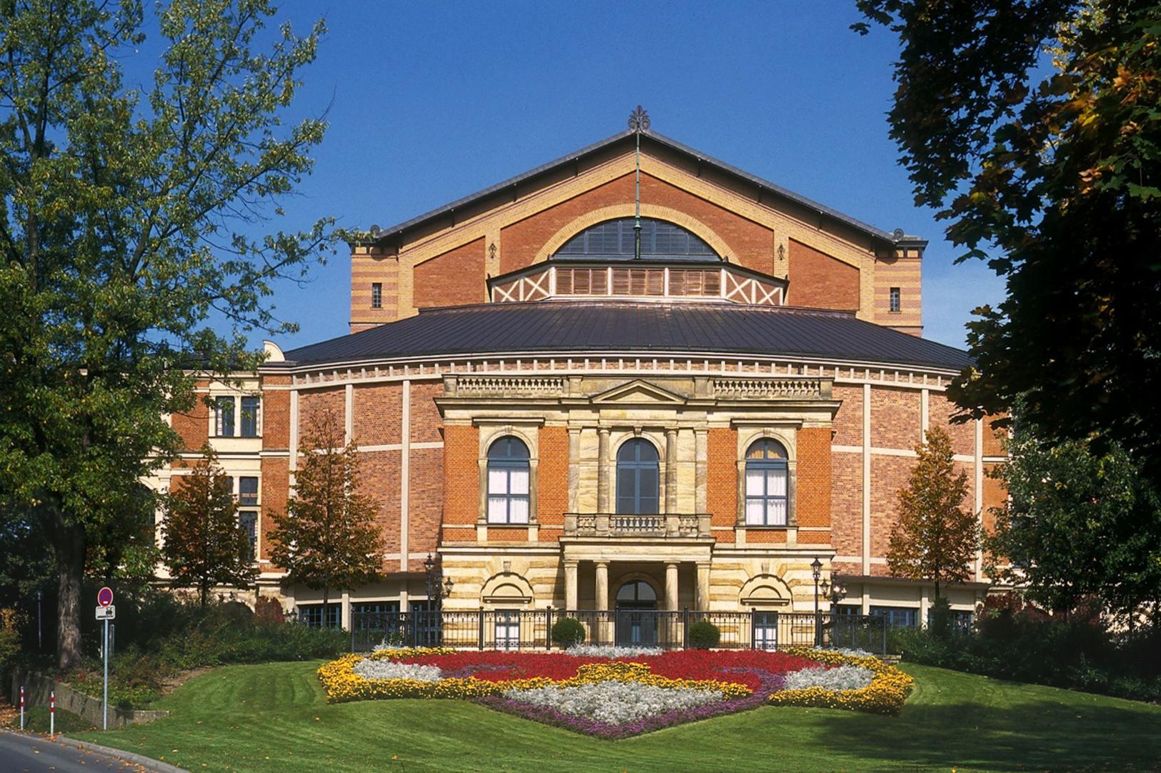 A Bayreuth-i Festspielhaus színhelye a híres Zöld Domb